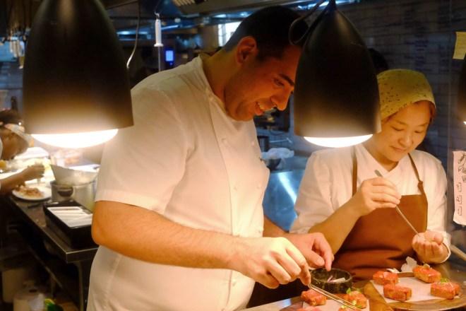 O chef Jefferson Rueda em ação, na novíssima A Casa do Porco
