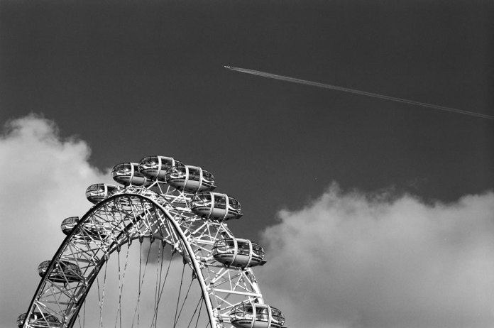 London Eye - Olympus OM-1n, 135mm, Ilford HP5 Plus 400
