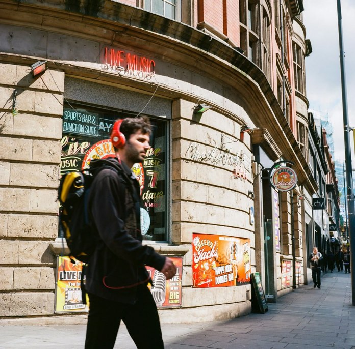 Stig‏ - @Stig_Ofthedump #SummerFilmParty @SummerfilmParty Gear: Minolta Autocord Location: Liverpool, UK Colour Film Negative: Ektar 100 Category: Street Life 🍻