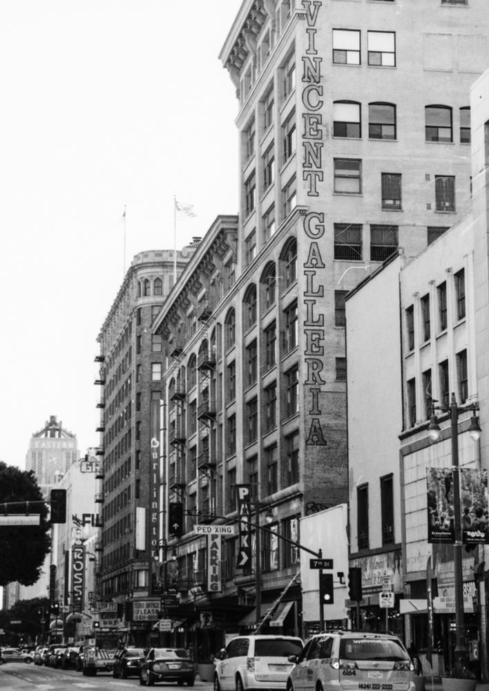 St Vincent Galleria - Broadway. JCH StreetPan 400, Canon EOS-3.