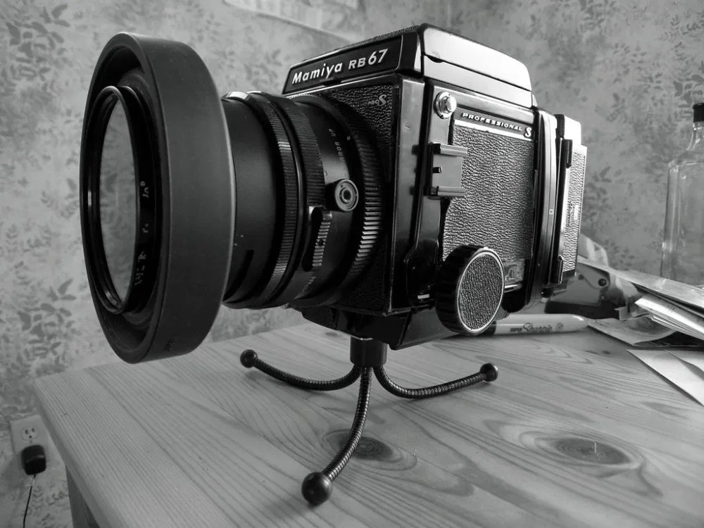 Mamiya RB67 Pro S mashing a little bendy Tripod – Front 1:4 side view
