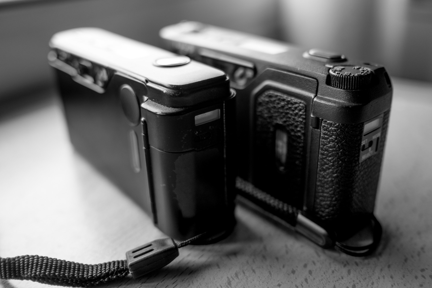 Rear-side - Ricoh GR10 (left), Ricoh GR1s (right)