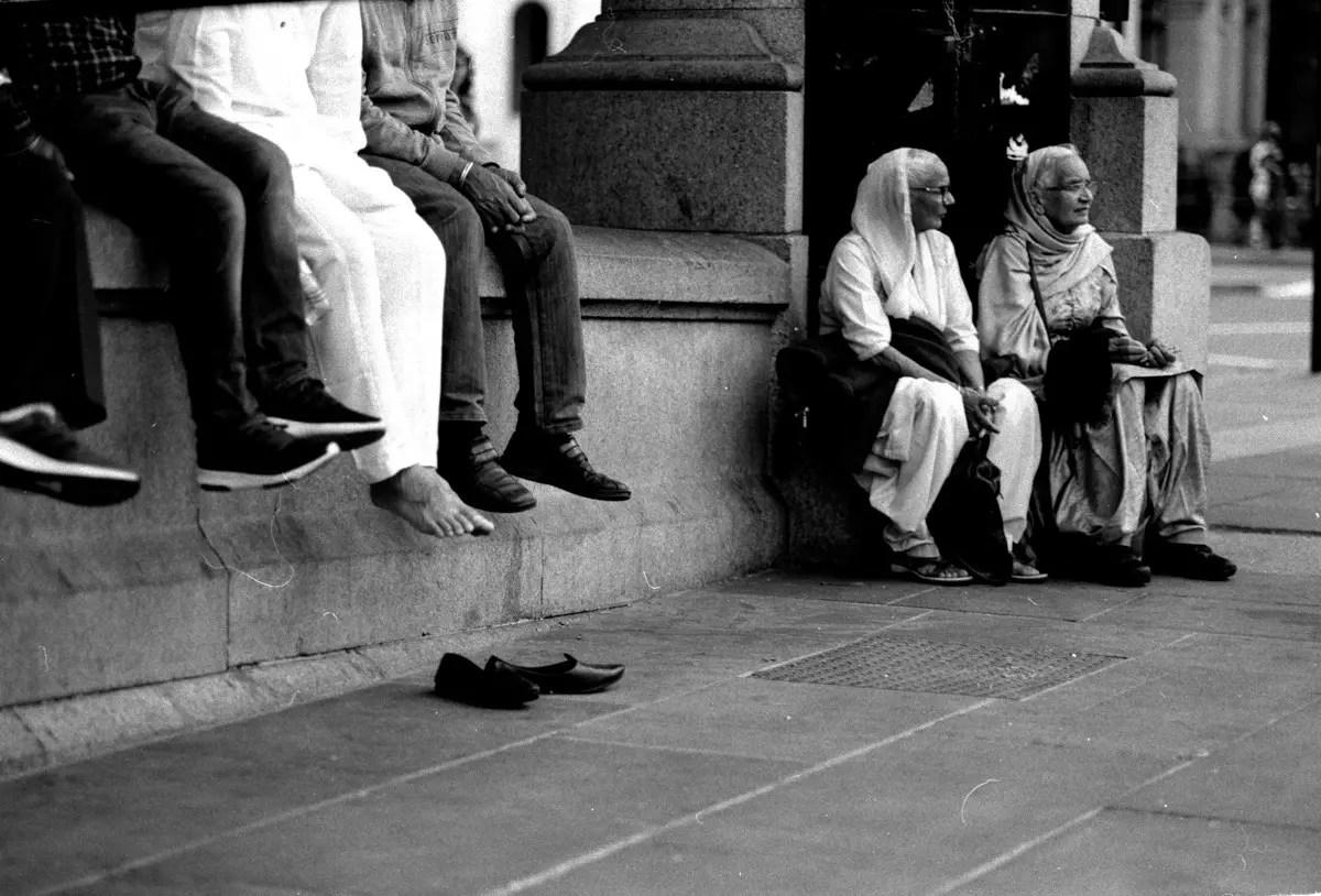 London Street Photography with the Leica M6 - Simon King