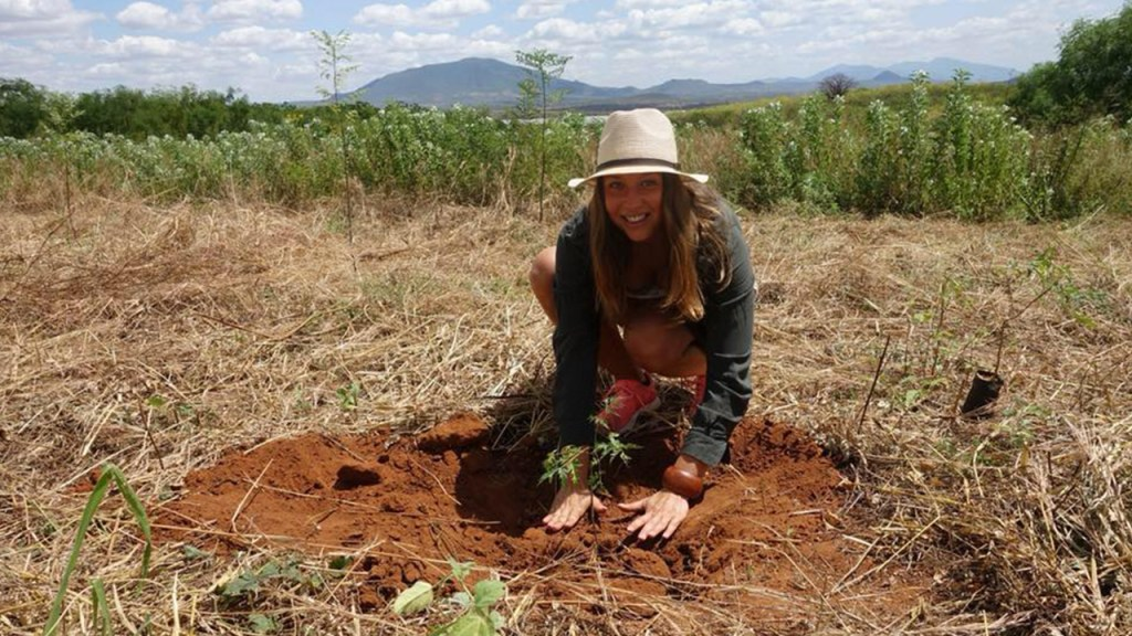 One of our customers, Elisabeth, is planting a tree. 180629