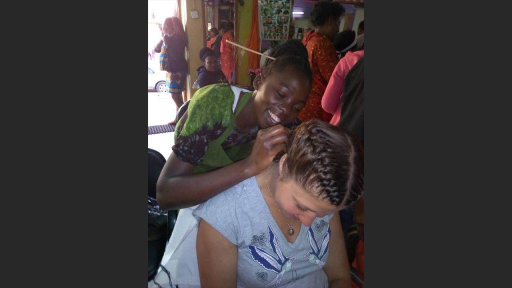 Elisabeth hos den lokala frisörssalongen