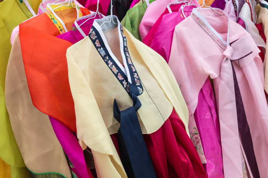 Choose a brightly-colored hanbok (image via Shutterstock)