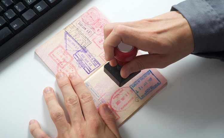 Resultado de imagem para carimbando o passaporte