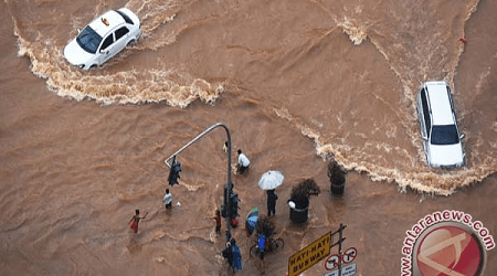 JAKARTA FLOODS FORCE THOUSANDS OF PEOPLE TO LEAVE HOMES