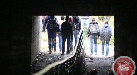 SCHOOL STUDENTS USE SEWAGE CHANNELS TO REACH SCHOOL