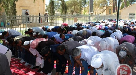 HUNDREDS PRAY OUTSIDE CLOSED MOSQUE IN BEERSHEBA