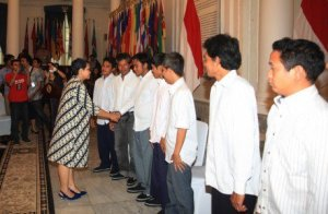 Foreign Minister Retno LP Marsudi greets 10 Indonesian sailors during the hand over ceremony to their family at the Foreign Ministry's office on Monday