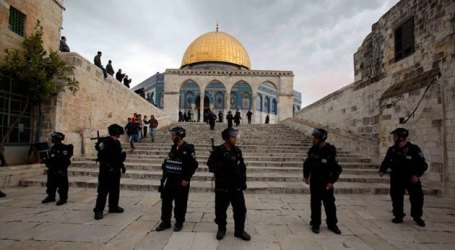 Israeli Police Obstruct Muslim Worshipers