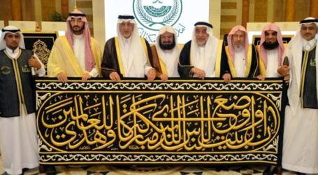 Makkah Emir Hands Over Kiswa to Senior Keeper of Kaaba