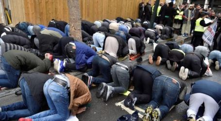 Muslim Prays in Street of Paris Due to Mosque Shortages