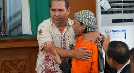 Starbucks Bombing Victim Surprises Indonesian Judges by Hugging His Alleged Attacker