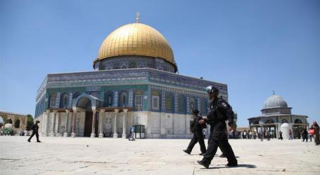 Protest and Prayer Outside Al-Aqsa Gates Force Israel to Reopen Mosque for Prayer
