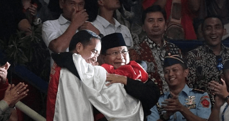 Surprise Moment of Group Hug by Jokowi  and His Political Arch-Rival