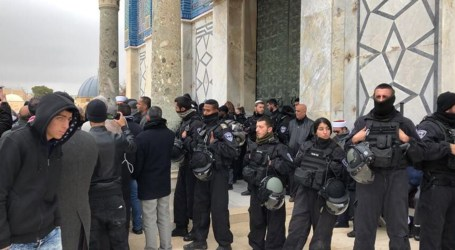 Israeli Police Arrest Aqsa Guards, Detain Worshipers