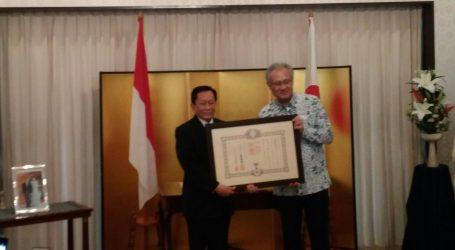 Japanese Ambassador Gives Bintang Jasa Award to Indra Kartasasmita
