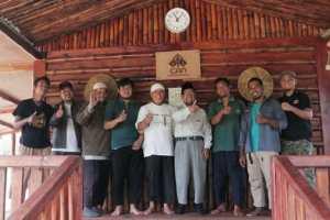From right to left: Nurhadis, Aji Wahyono, Amin Tsofiyyuddin, Ustaz Ahmad Sholeh, Sakuri, Saeful Hidayat, Ustaz Wahyudi KS, Ustaz Tobri, and Andi Anshori. (Photo: Muhammad Habibi Hezbollah / MINA)