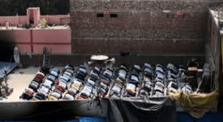 Hundreds of Indian Muslims Return to Congregational Prayers Even on the Roof of Mosque