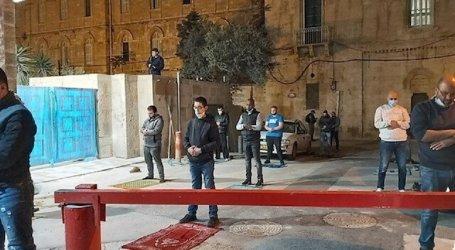 Jerusalem Muslims Perform Taraweeh Prayers in Front of Al-Aqsa Gate
