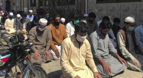 Begin Ramadan, Pakistanis Flocked to Mosques
