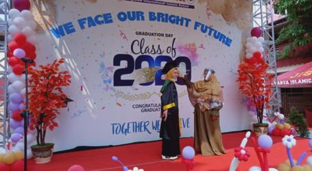 "Jakarta Islamic School Holds ""Drive Thru"" Graduation"