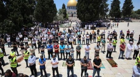 As 20 Thousand Residents Perform Pray Friday Prayer at Al-Aqsa Mosque