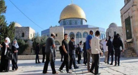 Stormed of Al-Aqsa, Dozens of Jewish Settlers Bring The Flag of Israel