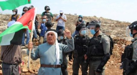 Palestinian Youths Intercept Israeli Soldiers Who Make Arrests