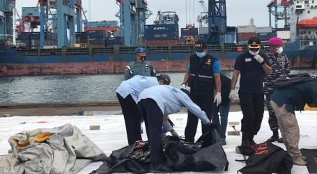 Indonesia's SAR Team Find Human Bodies and Plane Debris
