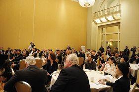'专家研讨会吸引了众多参加美国器官移植大会的医学专家。图为研讨会现场'