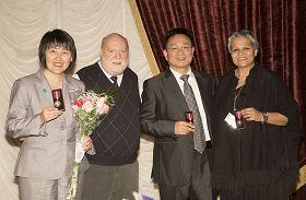 """加拿大法轮功学员顾思颖(左一)、王绍久(左三)在多伦多获颁""""女王伊丽莎白二世钻禧奖章"""",左二是加拿大反虐待警示中心副总裁兼首席营运官莱恩。"""