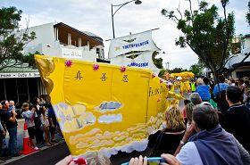 '西澳法轮功学员参加海滨城市曼都拉市圣诞游行'