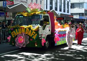 法轮功学员精心装饰的花车