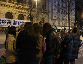 夜幕降临,市民们仍踊跃签字声援法轮功