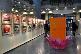 台湾云林科技大学图书馆内,学生们观看法轮大法二十年洪传纪实摄影展