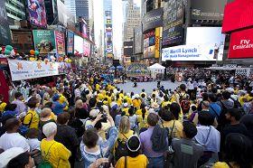 法轮功学员在纽约时代广场欢庆世界法轮大法日