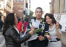 居住在悉尼的杰米和威尔夫妇签名声援法轮功