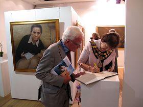伦敦里士满市长丽塔•帕尔默女士认真欣赏真善忍美展作品后在留言簿上签名