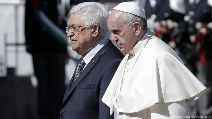 Palestinian President Mahmoud Abbas (left) and Pope Francis  (photo: Ahmad Gharabli/AFP/Getty Images)