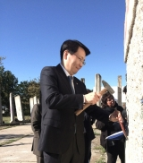 <p>Kim Hyungsuk, Vice Minister of Unification, ROK, as 'Mauerspecht'. Photo taken in Teltow, Germany, October 2016. © The Wall Net</p>
