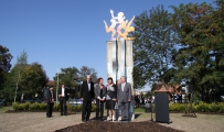 """<h5>Thanks City of Zwickau</h5><p>© <a href=""""https://www.zwickau.de/de/aktuelles/pressemitteilungen/2011/09/302.php?s=df2d3eaa52c72a59525e1ac165e2d8a5"""" target=""""_blank"""">Stadt Zwickau</a>, inauguration on 10-03-2011 with Erwin Killat, honorary citizen of Zwickau, artist Erika Harbort, mayor Dr. Pia Findeiß and former mayor, now honorary citizen Rainer Eichhorn (f.l.)</p>"""