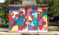 "<h5>Clayallee</h5><p>Clayallee <strong>Alliierten Museum</strong> © <a href=""http://galerie-noir.de"" target=""_blank"">Thierry Noir</a><br>photo taken in unknown                                                                                                                                                                                                                                                                                                                  </p>"