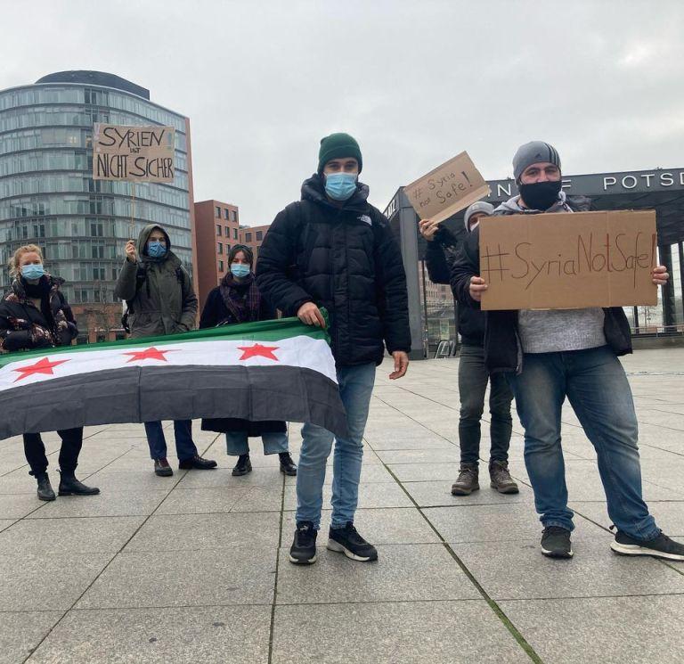 """ناشطون سوريون في ألمانيا يتظاهرون ضد قرار ترحيل لاجئين سوريين إلى سوريا بدءًا من العام المقبل- كانون الأول 2020 (صفحة """"سوريا غير آمنة عبر """"فيس بوك"""")"""