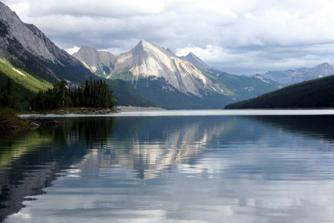 Medicine Lake Jasper National Park Canada 880x586 Top 15 Most Beautiful Lakes Around The World