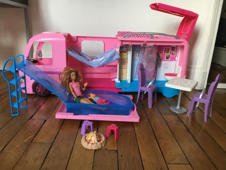 ceci représente le camping car de barbie