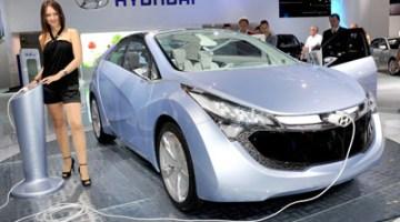 Imagen del Hyundai Concept Blue-Will, cargando sus baterías en el salón de Frankfurt,