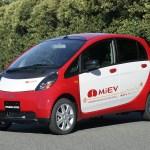 Imagen del Mitsubishi i-Miev estacionado, de color rojo, vista lateral izquierda.